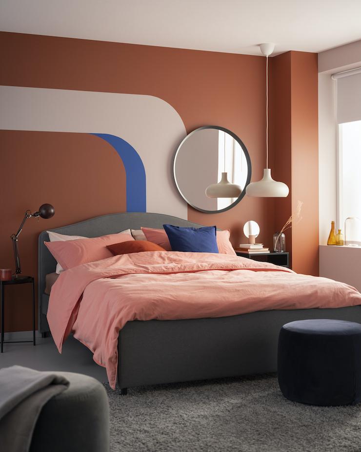 Nuevo catálogo IKEA 2021 dormitorios: dormitorio en tono salmón.