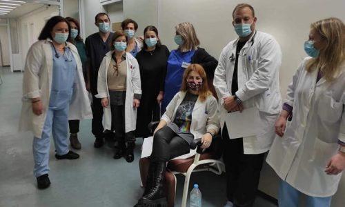 Την Κυριακή ξεκίνησε ο εμβολιασμός στο Νοσοκομείο Άρτας και συνεχίστηκε με τους γιατρούς και τους νοσηλευτές να παίρνουν θέση, ο ένας μετά τον άλλο.