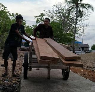 Pembuatan perahu ambulans di Pulau Longos NTT untuk membantu transportasi