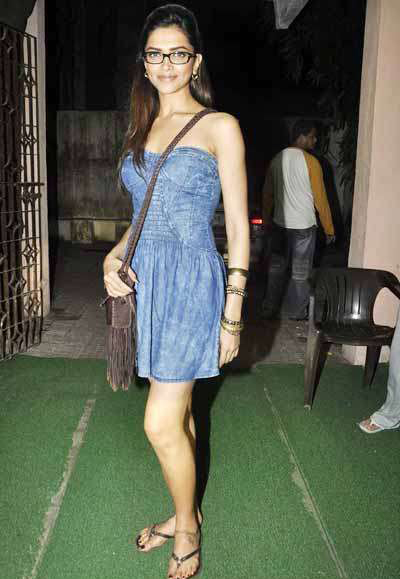 Bollywood Actress Deepika Padukone 2016 Leg Show In Blue Skirt With Glass