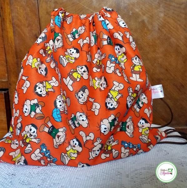 Bolsa modelo mochilinha de tecido com estampa turma de amigos