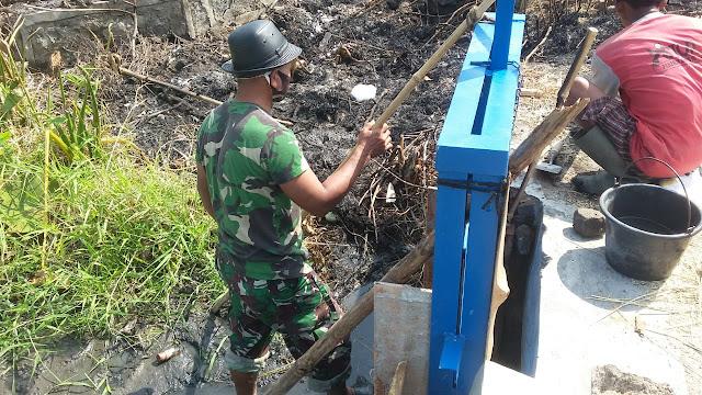 Babinsa Koramil Ceper Bersama Petani Perbaiki Pintu Air Dan Saluran Irigasi