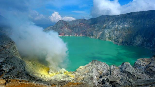 Kawah Ijen dengan air danau berwarna hijau tosca.