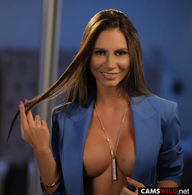 camswild-carollinefox-brown-haired-milf-with-big-breasts-in-blue-jacket