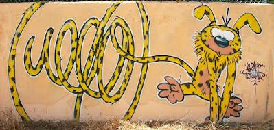 dibujo animado amarillo cola larga