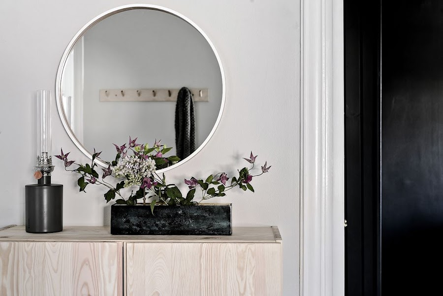 recibidor, entrada, espejo, espejo redondo, centro flores, flores, madera natural, armario, entryway