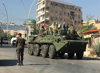 Un vehículo blindado en la zona de un corredor humanitario en Alepo, Siria.Mikhail AlaeddinSputnik
