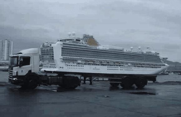 صورة لشاحنة وكأنها تحمل سفينة