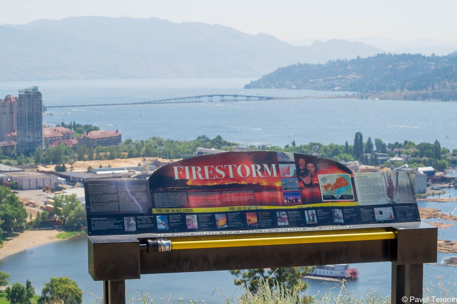 На обзорной площадке стоит стенд с информацией о пожаре 2003 года, во время которого было эвакуированно около 30 тысяч жителей.