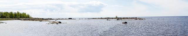 Maisemakuva matalasta sorarannasta merellä
