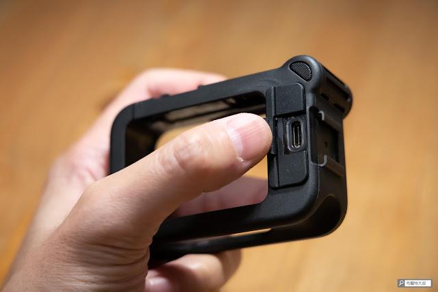 【開箱】發揮 GoPro 攝影機完整擴充能力 - Media Mod 媒體模組 - 後方擴充孔的橡膠蓋,提升了 Media Mod 的耐候防滴