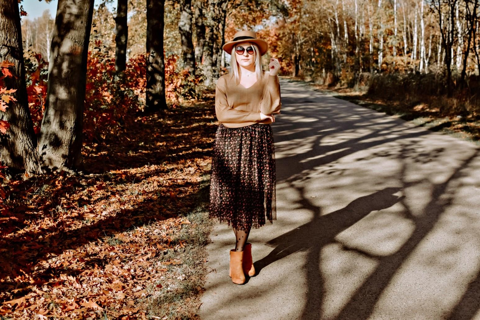 Tiulowa spódnica w jesiennej stylizacji