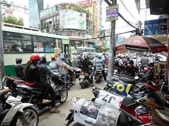 Saigón: Motos aparcadas y circulando por la acera