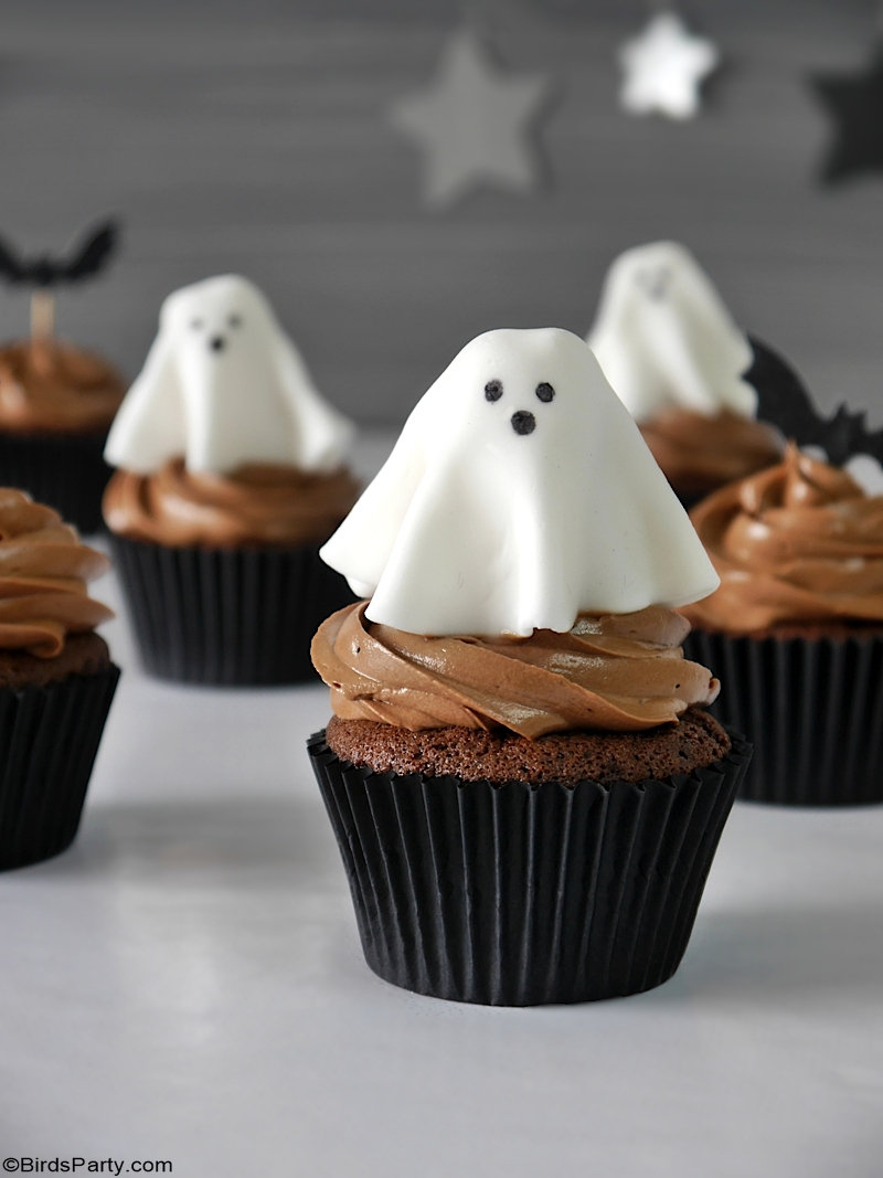 Halloween Chocolate Cupcakes with Fondant Ghost Toppers - quick and easy homemade recipe that is also delicious to make with the kids at home! by BirdsParty.com @birdsparty #halloweencupcakes #halloweenrecipe #halloweendessert #halloween #ghostcupcakes #fondantghost #halloweendessert #halloweenfood