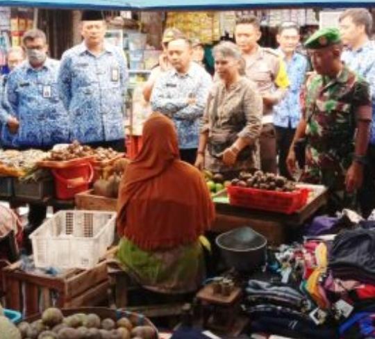 Kepala Pasar Singosari Beserta Muspika Setempat Monitoring Harga Dan Sosialisasi Pencegahan COVID-19