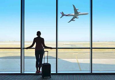 صور عن السفر والرحلات ، صور السفر بالطائرة ووداع المطار ، صور مسافر معه شنطة سفر فى صالة المغادرة بالمطار