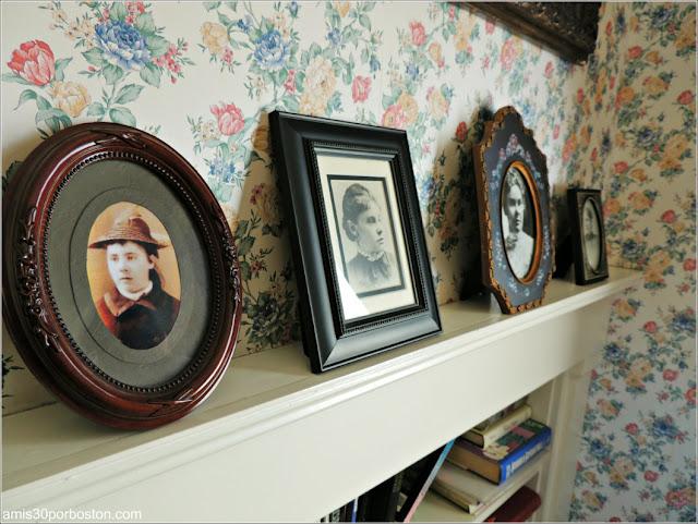 Lizzie Borden Bed & Breakfast Museum: Fotos de Lizzie en la Sala de Estar