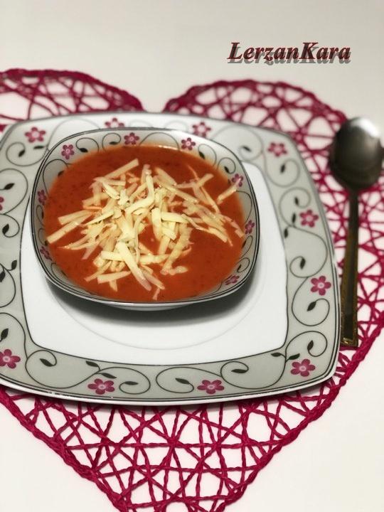 En Pratik ve Lezzetli Domates Çorbası Nasıl Pişirilir ?
