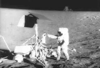 Zdjęcie z lądowania na Księżycu, udostępnione przez NASA.