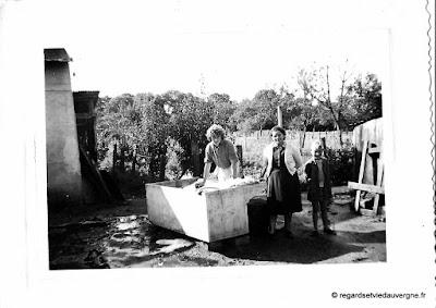 Photo de famille noir et blanc, la lessive dehors
