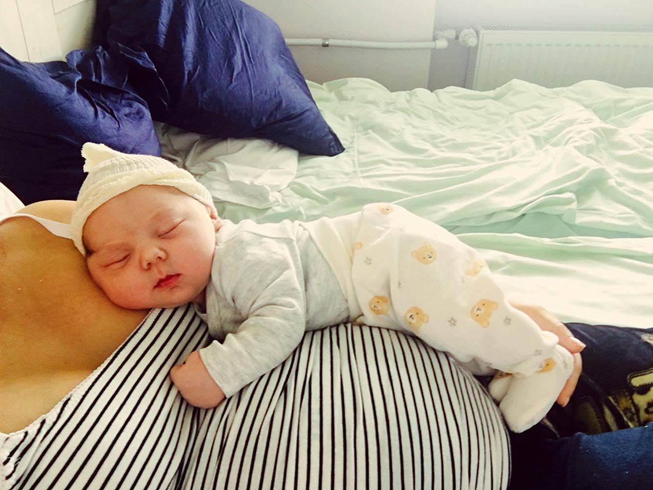0097b9f05b5 Esimesed kaks nädalat peale sünnitust olid väga rasked. Esimene nädal oli  sellepärast keeruline, et värske haava tõttu oli ennast väga paha keerata.