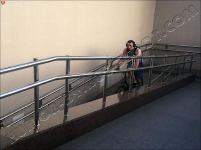 Велосипедисты в Минске не только не спешиваются на пешеходных переходах, а ездят по подземным переходам метро