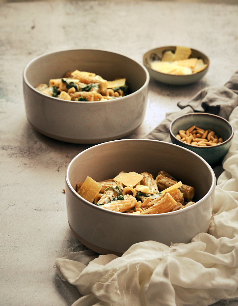 Rigatoni con salsa de mascarpone y espinacas baby