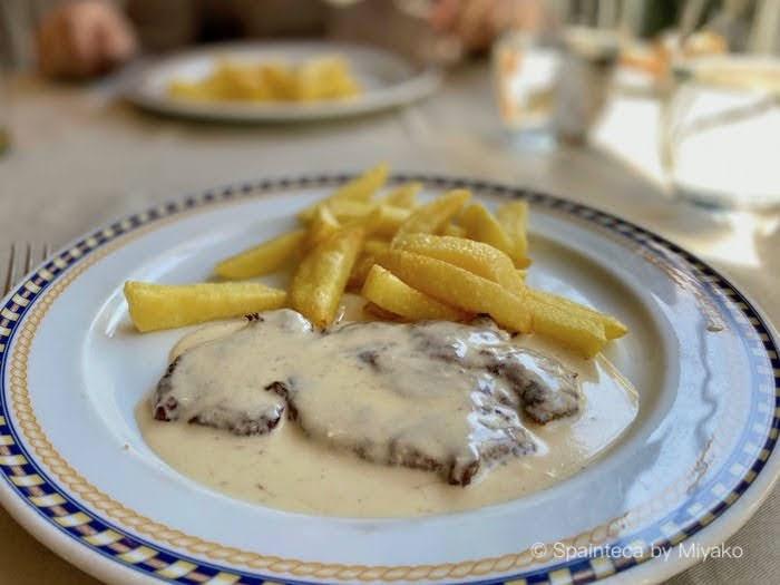 スペインの肉料理のエスカロピネスをカブラレスチーズソースの一品料理