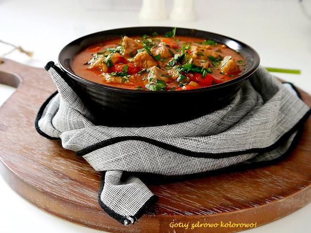 Gulasz z indyka w sosie pomidorowym z papryką - Czytaj więcej »