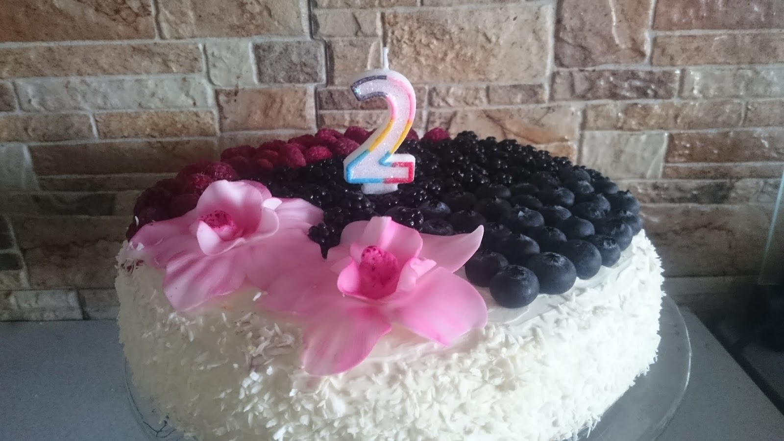 Tort urodzinowy z owocami.