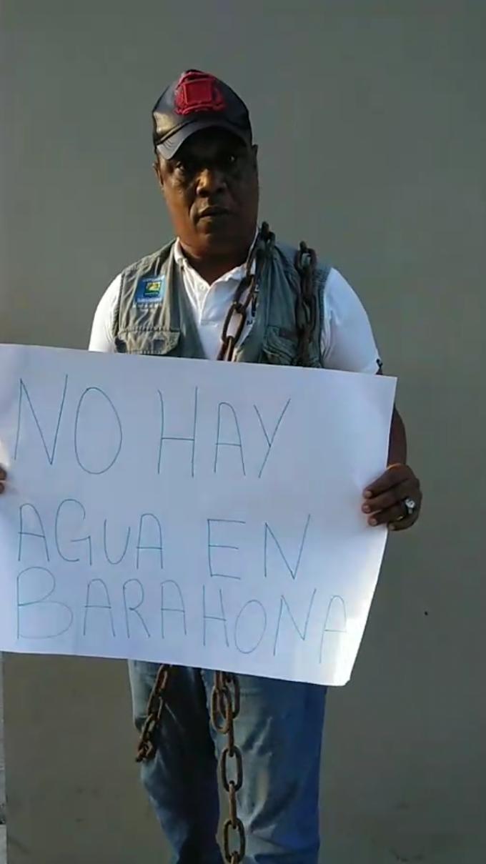 Sanguyon se encadena en la oficina de INAPA por la falta de agua en Barahona