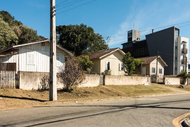 Três casas de madeira