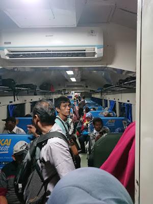 Kereta Lokal JABODETABEK yang selalu full, terjangkau rek