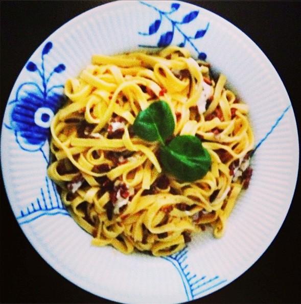 pasta, pastaret, opskrift, italiensk, bacon, pinjekerner, soltørrede tomater, middag, mad