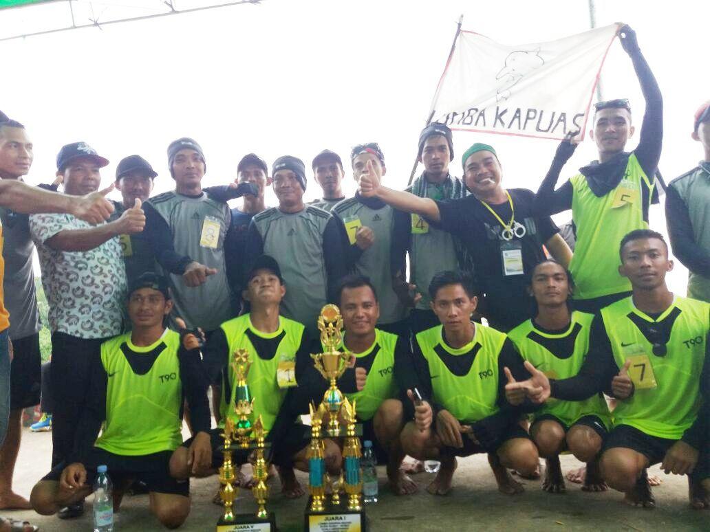Tim Pendayung Lumba Kapuas A Setelah Penyerahan Piala Utama.