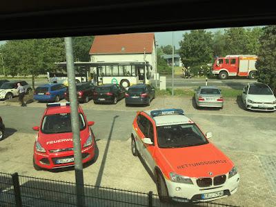 Viel Rot bei den Fahrzeugen vor dem Zugfenster