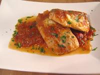 Lomos de bonito con salsa de cebolla y tomate