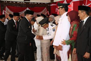 Bupati Sampang H Slamet Junaidi saat memberikan ucapan selamat pasca pelantikan