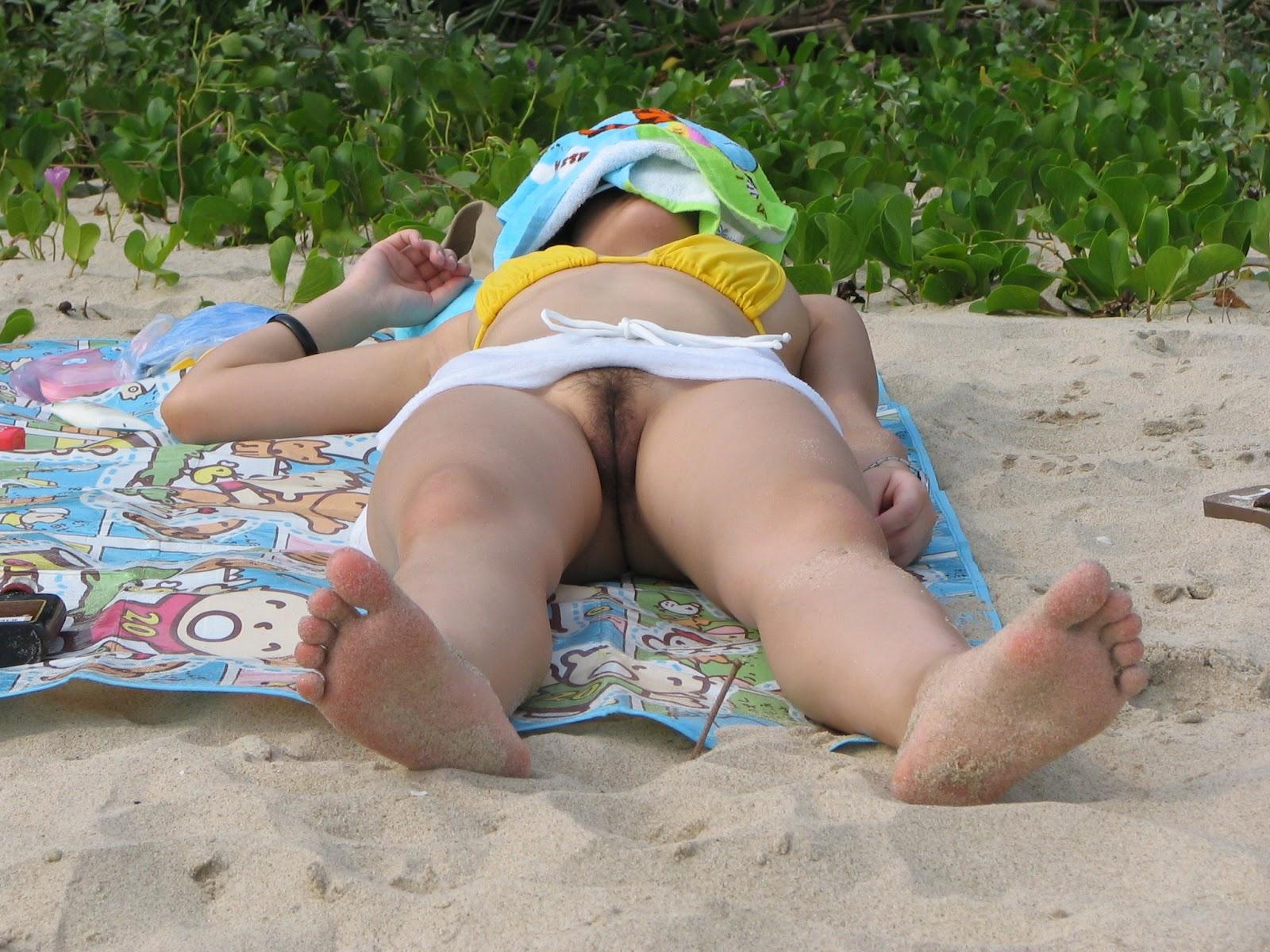 молодой на пляже без трусов порно уложили