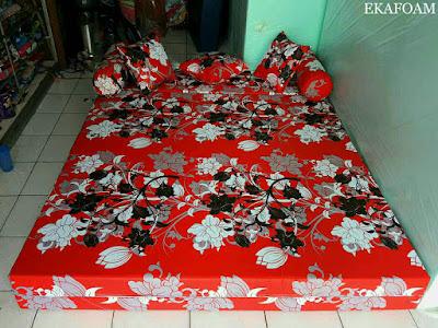 Sofa bed inoac motif manohara merah saat difungsikan sebagai kasur inoac normal