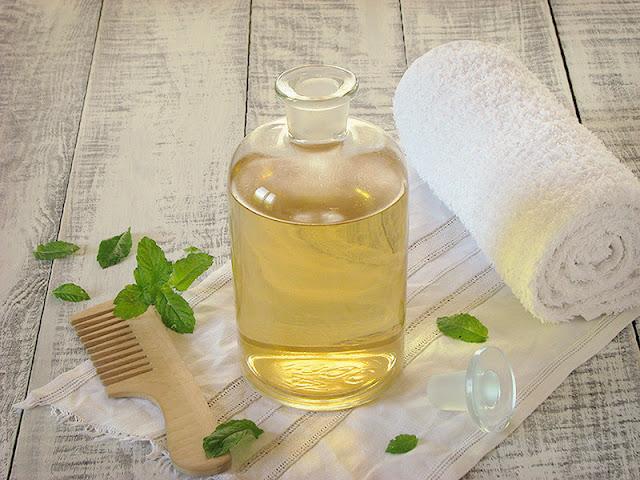 rincage pour les cheveux au vinaigre de cidre et a l 39 huile essentielle de menthe poivree. Black Bedroom Furniture Sets. Home Design Ideas