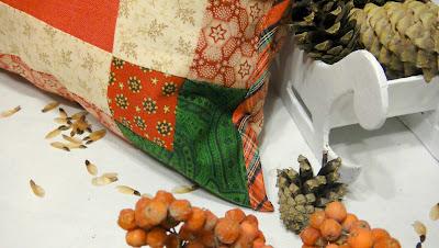 Лоскутная рождественская подушка в технике печворк, края обработаны кантом