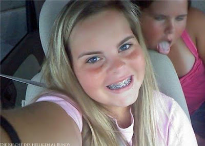 Dicke Kinder - Selfie im Auto Zahnspange und herausgestreckte Zunge