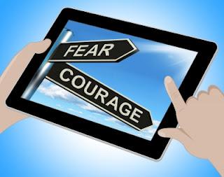 coragem-medo-setas-indicativas-em-tela-de-tablet