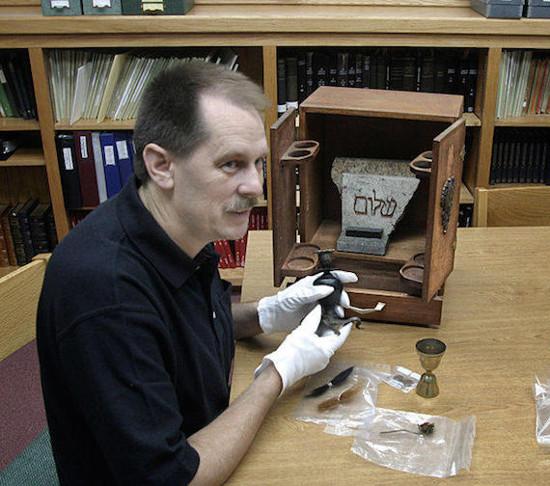 Jason Haxton dengan Kotak Dybbuk