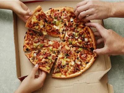 لماذا كرتون البيتزا مربع الشكل وهي دائرية؟
