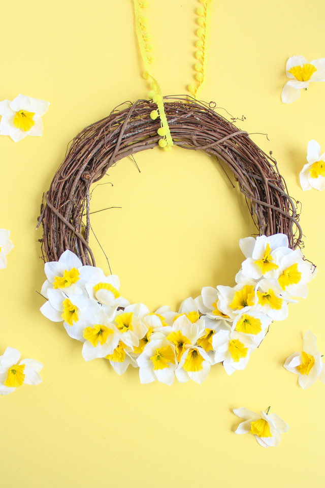 Make this DIY spring daffodil wreath in five minutes with under $10 worth of materials! #springwreath #fiveminutecraft #daffodilwreath
