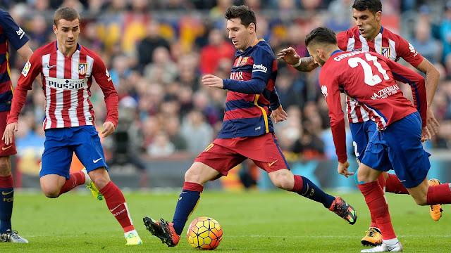Lionel Messi entouré de trois joueurs de l'Atletico Madrid dont le Français Antoine Griezmann