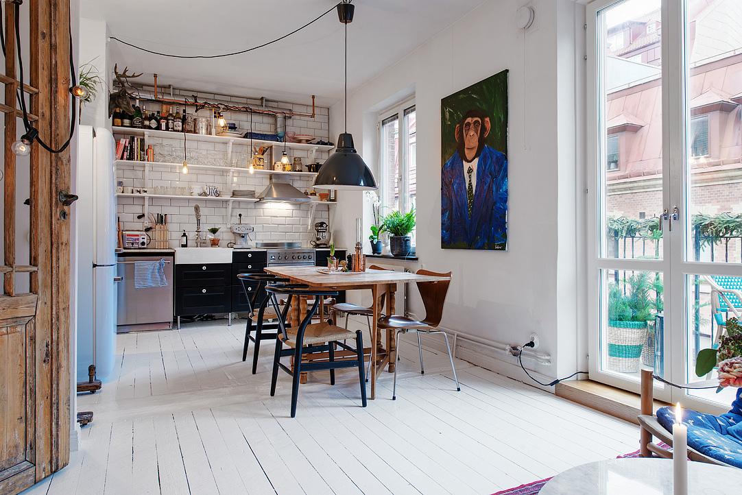 drewniany stół do jadalni, biała kuchnia, czarna kuchnia, otwarte półki w kuchni