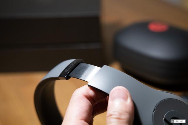 【開箱】幾乎無懈可擊的 Beats Studio3 Wireless 抗噪藍牙耳機 - 耳機兩側有兩公分左右的延展